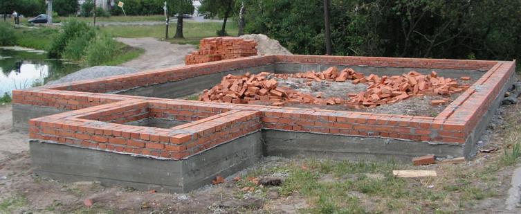 Строительство фундамента из красного полнотелого кирпича
