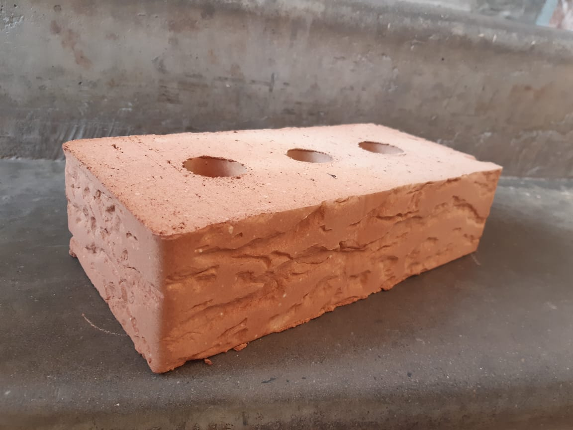 Красный полнотелый кирпич с накаткой Кора дуба